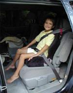 Παιδί που κάθεται σε ειδικό για την ηλικία του, ανυψωτικό κάθισμα ασφάλειας (booster seat), CDC.