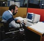 Η κατά πλάκας σκλήρυνσηΆτομο προκαλεί σωματική αναπηρία
